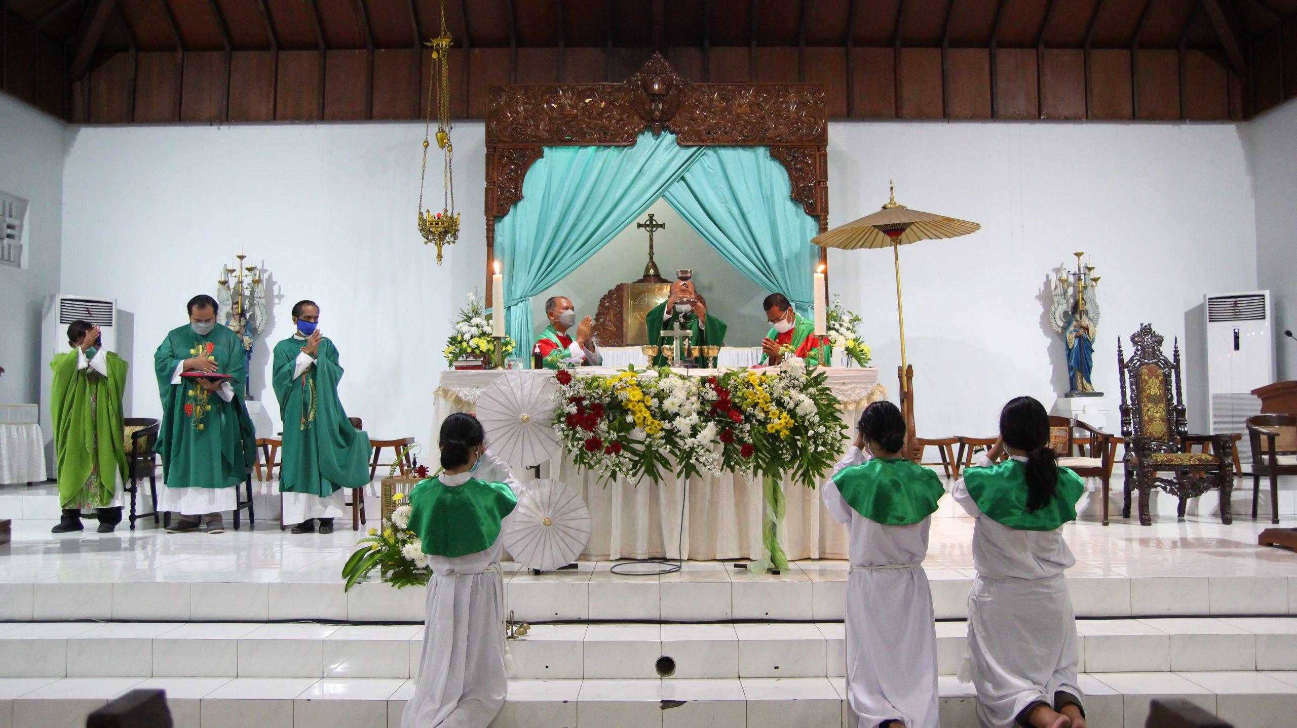 romo-paroki-pugeran-dalam-liturgi-ekaristi